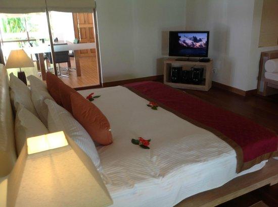 คุรามาธิ ไอแลนด์ รีสอร์ท:                   Honeymoon bedroom- bed was massive