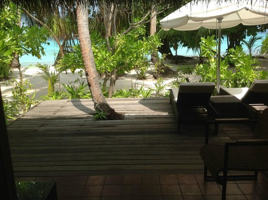 Kuramathi Island Resort:                   its a long way to the sea !