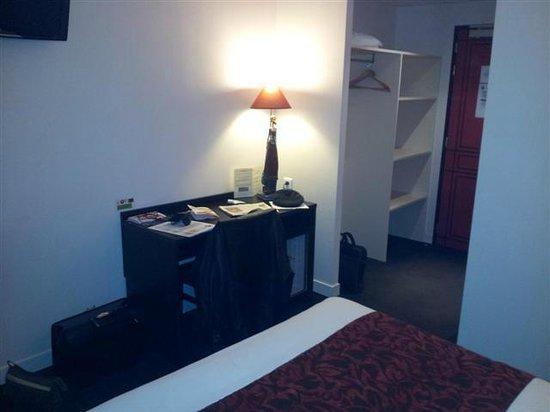 Hôtel Restaurant Alexia : Le bureau et le rangement