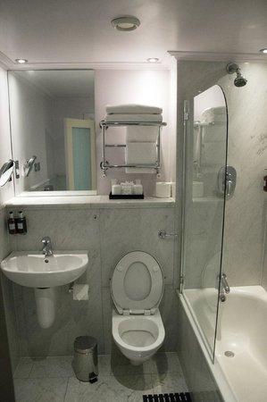 Radisson Blu Edwardian Kenilworth Hotel : bathroom on the 6th floor