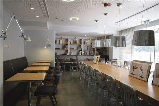 فندق آرت بلس، تل أبيب: Library