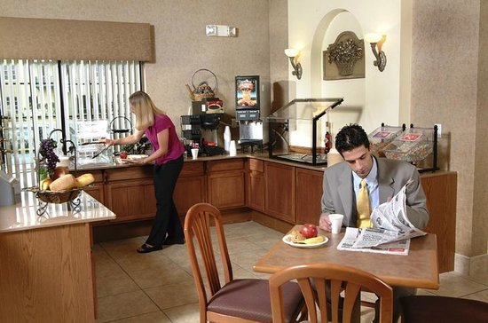 Days Inn Suites San Antonio North/Stone Oak: Hot Breakfast Bar