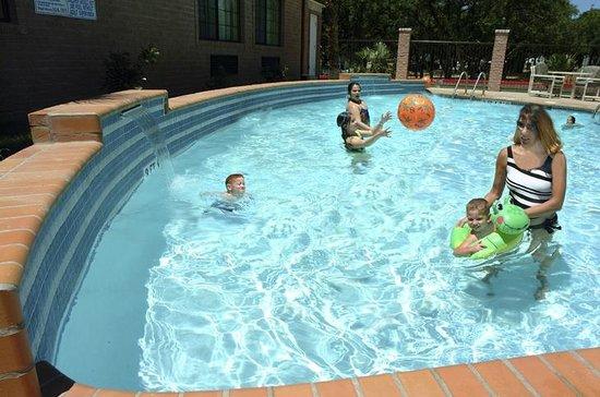 Days Inn Suites San Antonio North/Stone Oak: Outdoor Swimming Pool