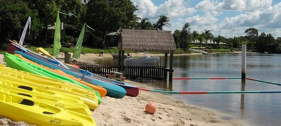Maroochy River Resort & Bungalows: Outside of office - kayak hire