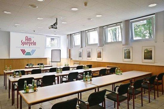 Am Spiegeln: Meeting Room