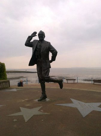 Bay Strathmore Hotel: Eric Morecambe statue