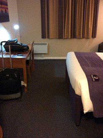 Premier Inn Glasgow Airport: bed and desk