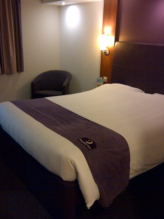 Premier Inn Glasgow Airport: bed