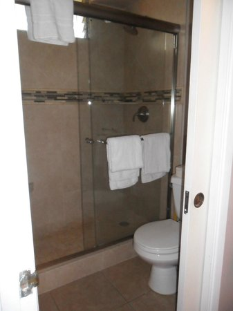 Noelani Condominium Resort:                   Bathroom and shower