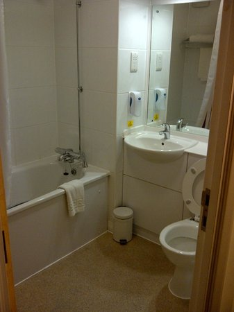 Premier Inn Glasgow Airport: bath