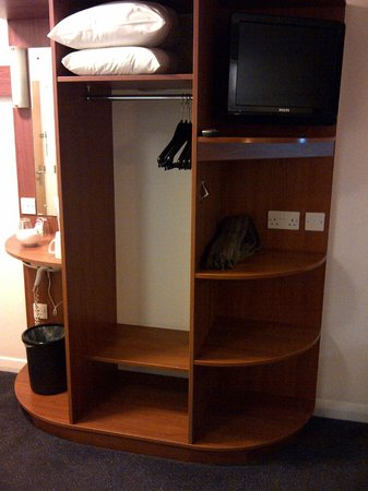 Premier Inn Glasgow Airport: closet & shelves