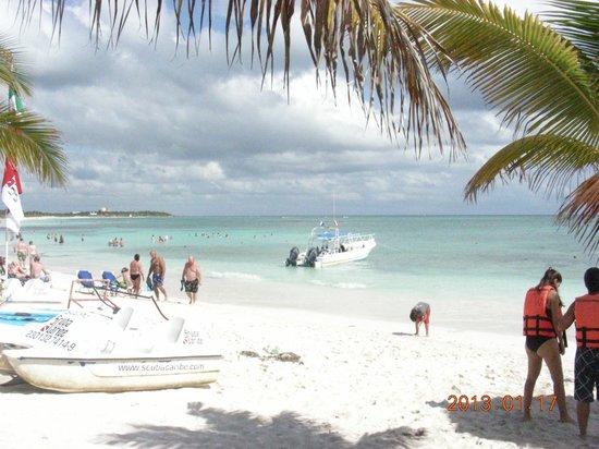 Grand Palladium White Sand Resort & Spa: Dive boat on beach