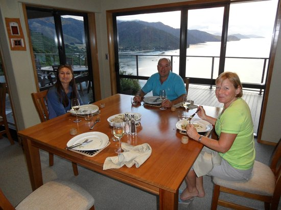 Okiwa Bay Lodge: Wonderful dinner with great hosts