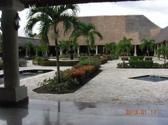 Grand Palladium White Sand Resort & Spa: Lots of plants and water features all around the complex