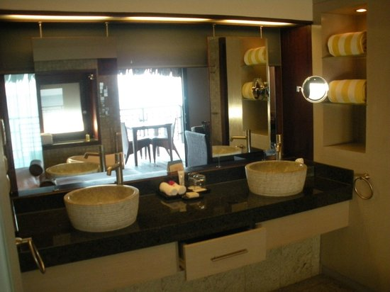 Hilton Moorea Lagoon Resort & Spa:                                     bathroom