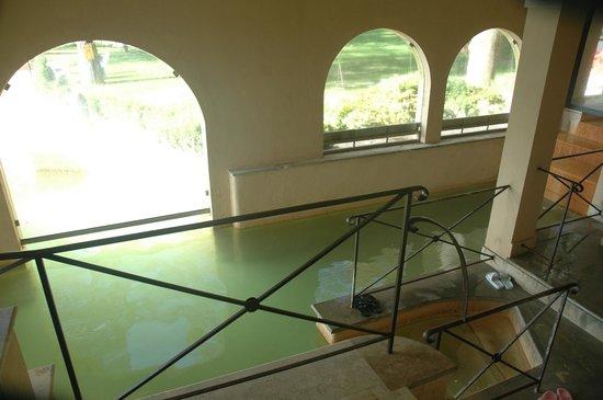 Hotel Posta Marcucci:                   Il luogo interno riscaldato da dove ci si immerge in acqua calda e si esce nel