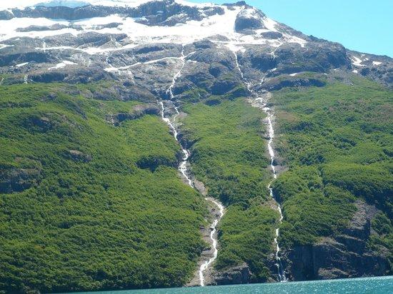 Провинция Санта-Крус, Аргентина: Las cascadas que bajan del Glaciar semejan lágrimas