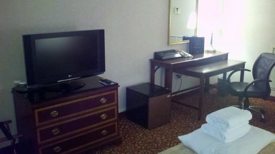 Cincinnati Marriott Northeast: Desk and tv in Room