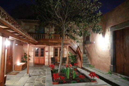 Hotel Rural El Mondalon:                   Innenhof der Unterkünfte