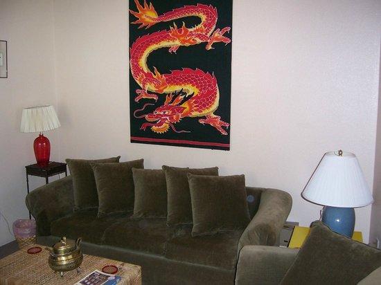 Audrey's  Inn: Chinese Suite Livingroom
