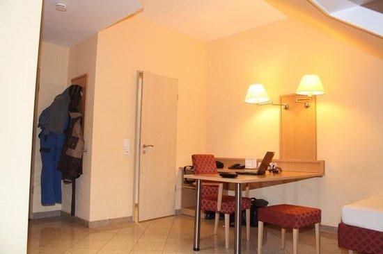 Hotel Ferchenhof München:                   ausreichend Schreib- und Ablagefläche