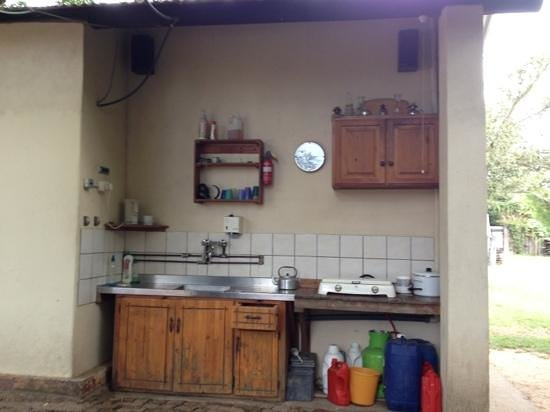Magnolia Guesthouse:                                     Outdoor kitchen
