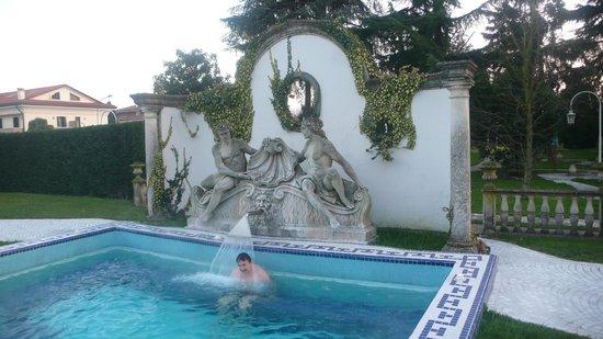 Abano Ritz Terme:                   Скульптурная композиция у бассейна, подсвечивается, когда темно