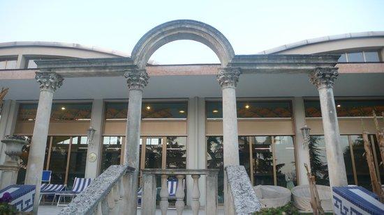 Abano Ritz Terme:                   вид со стороны открытого бассейна на зону закрытого бассейна