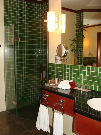Borei Angkor Resort & Spa: bathroom- shower