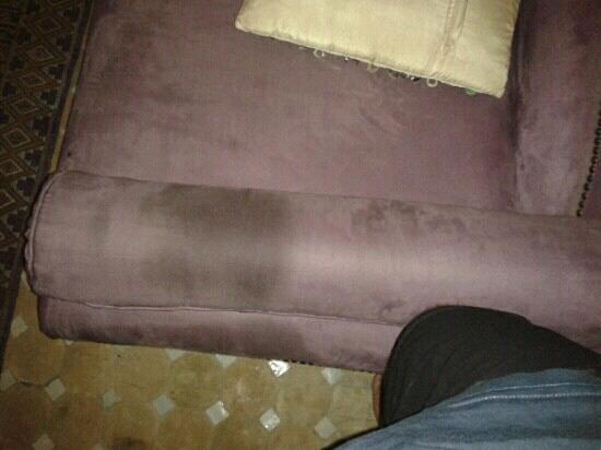 Riad Litzy:                   divano con macchia