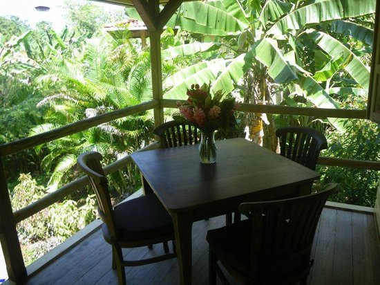 Bluff Beach Retreat: Las Palmas Casita - porch & dining area