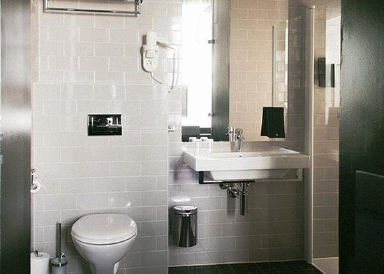 Comfort Hotel Grand Central : Double Suite bathroomn