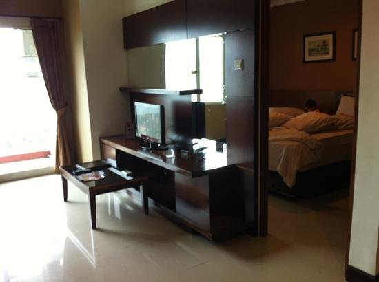 Galeri Ciumbuleuit Hotel & Apartment: living room and bedroom