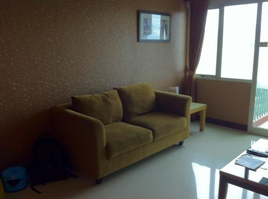 Galeri Ciumbuleuit Hotel & Apartment: sofa in living room