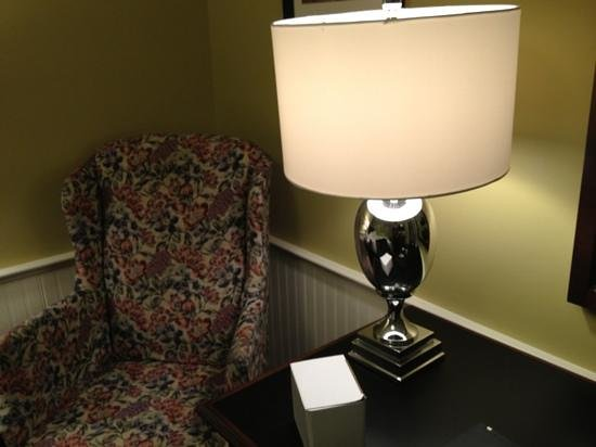 Concord's Colonial Inn: desk and cozy chair