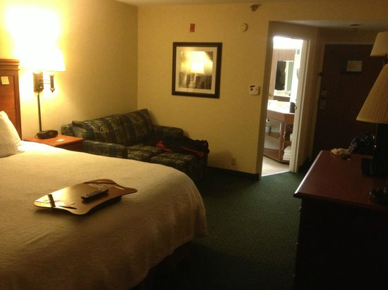Hampton Inn Bellingham-Airport: Handy sitting area next to bed