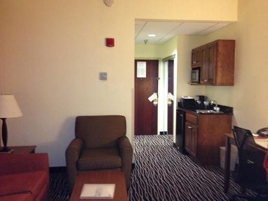 Holiday Inn Express Fayetteville - Ft. Bragg: living space & kitchenette