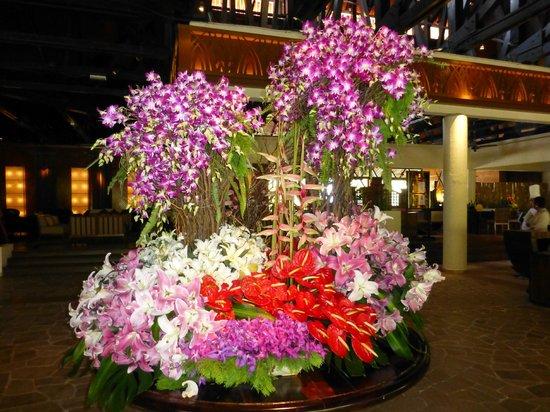 Shangri-La's Tanjung Aru Resort & Spa: Flowers in lobby