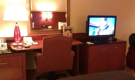 DoubleTree by Hilton Hotel Los Angeles - Norwalk: desk/tv