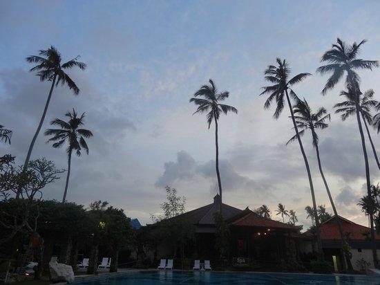 Inna Grand Bali Beach Hotel:                   Вечером около бассейна