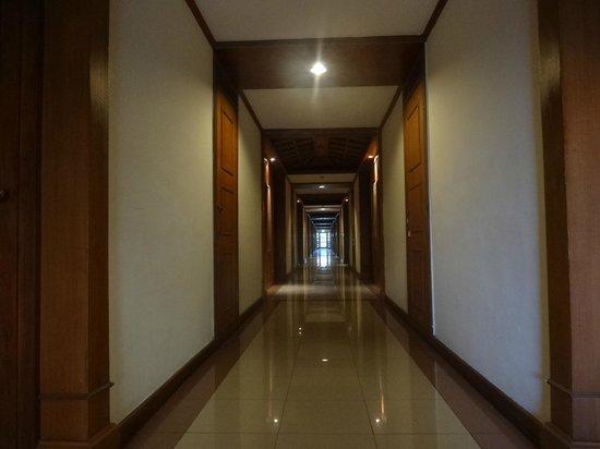 Inna Grand Bali Beach Hotel:                   Так выглядит коридор двухэтажного корпуса