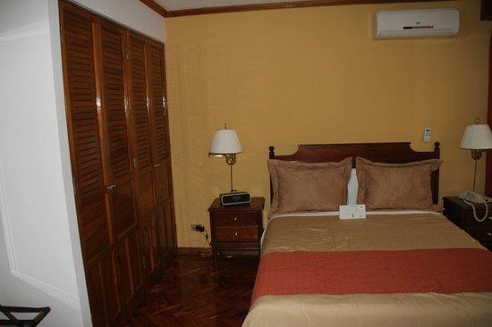 Apartotel & Suites Villas del Rio: Bedroom with ample closet space