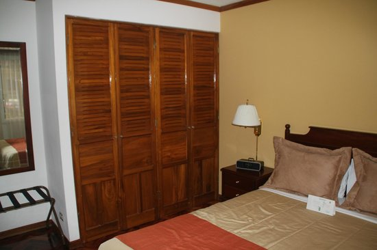 Apartotel & Suites Villas del Rio: One of two closets in the suite