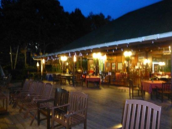 Myne Resort: Dining area at night