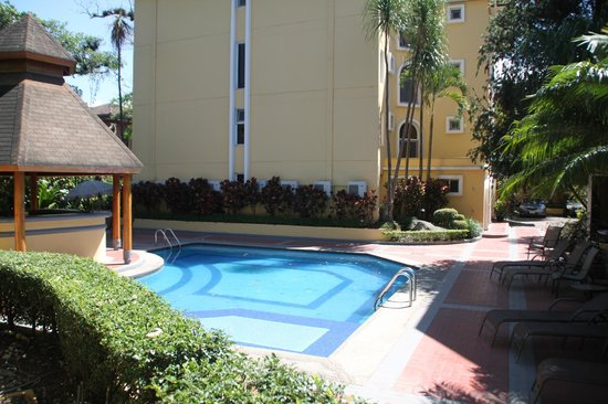Apartotel & Suites Villas del Rio: Lower pool and bar-b-que area