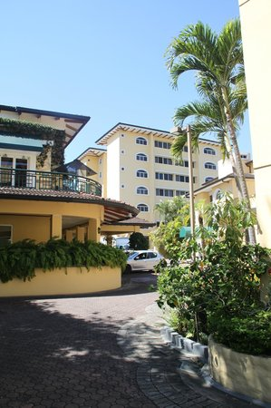 Apartotel & Suites Villas del Rio: View of three of the buildings