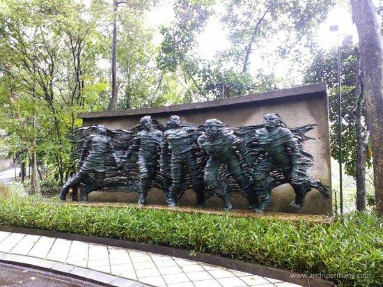 NuArt Sculpture Park :                   Dissolving people.