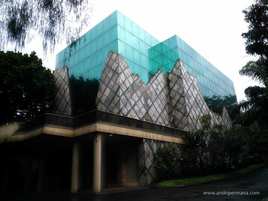 NuArt Sculpture Park :                   NuArt Sculpture Gallery