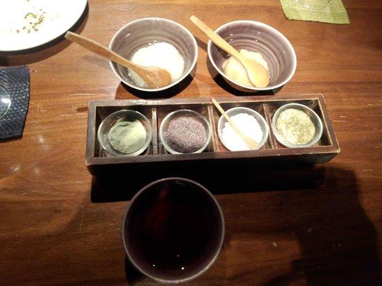 Shinjuku Tsunahachi Rin:                   天ぷらと一緒にいただく塩と薬味