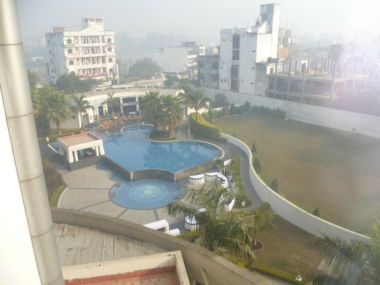 Ramada Plaza JHV Varanasi: Pool area